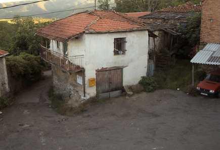 Los vecinos compran una casa para ampliar la  plaza en Castrelo de Cima